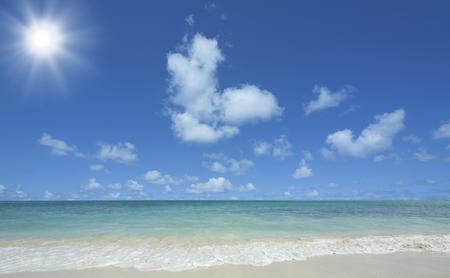 ビーチと雲と太陽と波