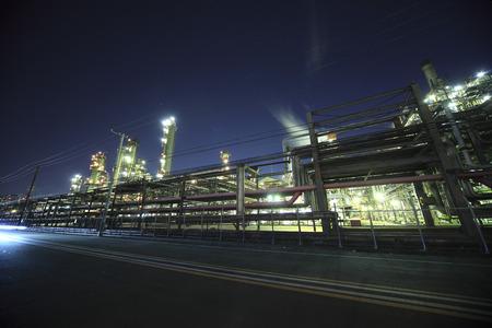 夜の工業地帯の工業団地