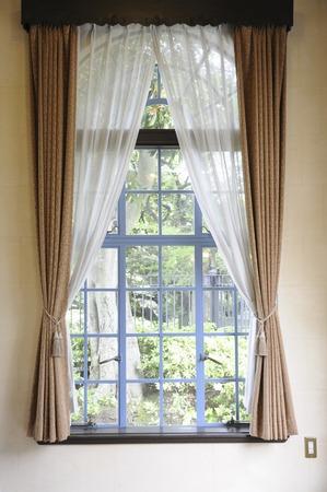 洋風窓とカーテン