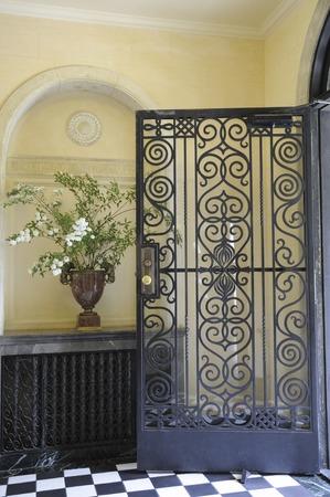装飾品やアールデコ様式の門を入り口