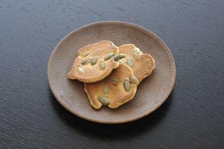 皿の上のお菓子クラッカー 写真素材