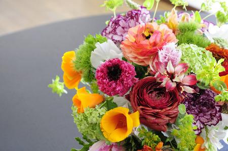 Bloemen van de lente op een woonkamer tafel vaas bloemschikken