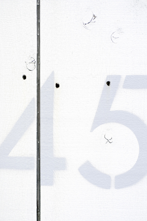 白い壁に描かれた数字