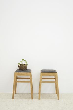 白い壁と椅子二脚