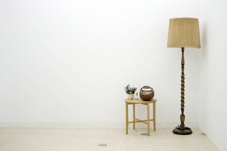 Tischlampe und Beistelltisch
