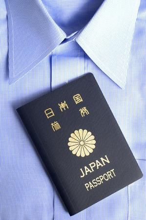 青いシャツとパスポート