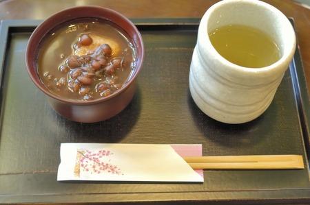 alga marina: P�ngase en contacto con sopa dulce de frijol rojo y el t� de algas Foto de archivo