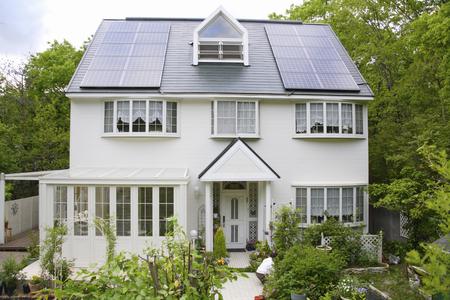 casa blanca: Casa blanca con panel solar Foto de archivo