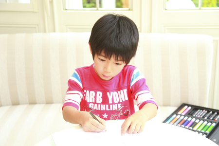 red tshirt: Boy wearing a red T-shirt to the Drawing Stock Photo
