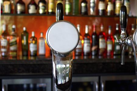 バーのカウンターのビール サーバー