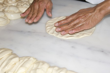 p�trir: Hand of bakers knead the dough Banque d'images