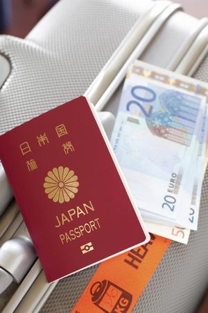 パスポートとトランクとユーロ紙幣