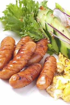 Breakfast Vienna saucisses et salade de légumes