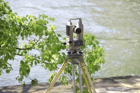 Topografía instrumento de obras de ingeniería civil Foto de archivo - 47080732
