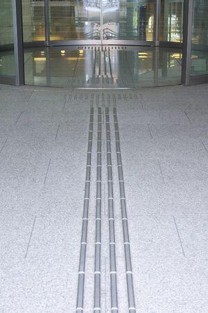 braile: puerta de entrada del edificio de oficinas y el bloque Braille