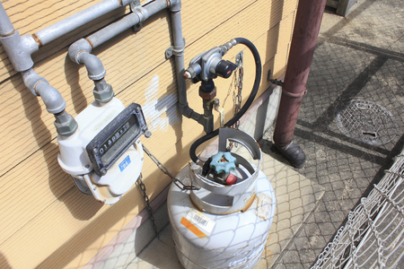 それは家の裏のドア近くに配置されプロパン ガスタンク