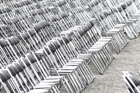 折りたたみ椅子席を発見します。