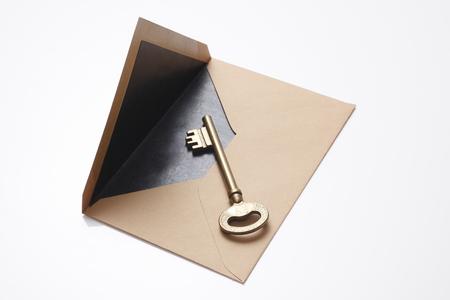 真鍮クラシック キーと封筒