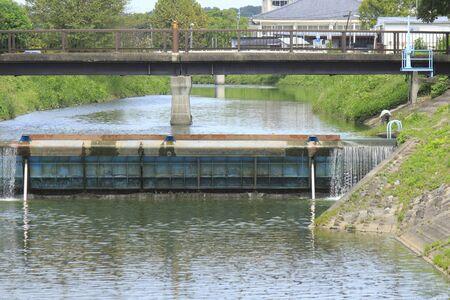Weir om het waterpeil van de rivier te reguleren