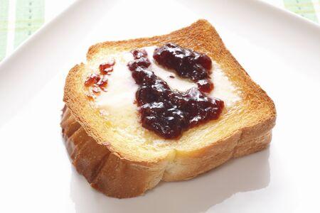 잼과 버터를 얹은 두꺼운 슬라이스 토스트