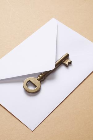 古典的なキーと白い封筒の真鍮