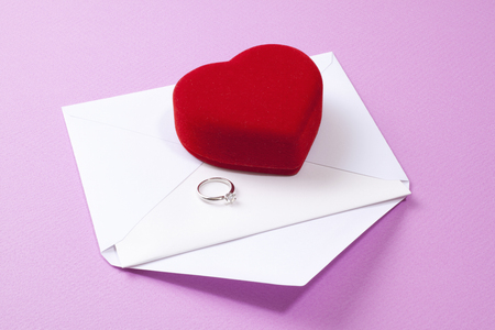 ダイヤモンド リングと赤いハートの小箱
