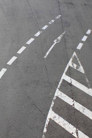white lines: Righe bianche sulla strada