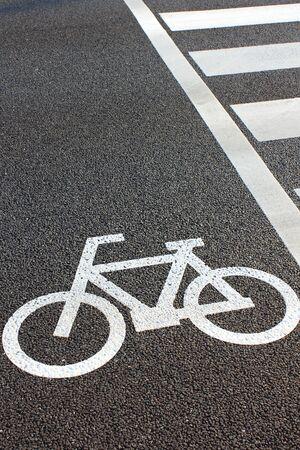 senda peatonal: Al lado del carril bici del paso de peatones Foto de archivo