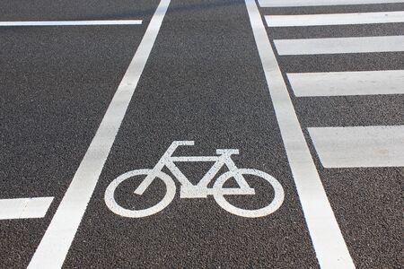 paso de cebra: Al lado del carril bici del paso de peatones Foto de archivo