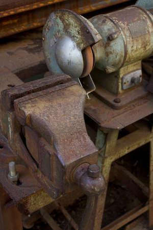 molinillo: Vise y una amoladora de ferretería Foto de archivo
