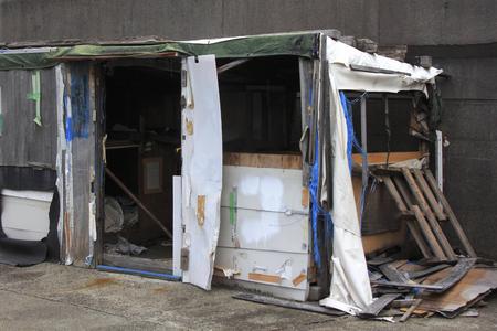 護岸堤防ホームレスの小屋