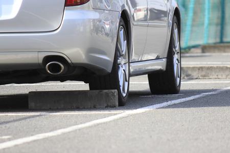 通りの角の平面駐車場 写真素材