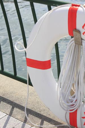 salvavidas: Flotador de Salvamento y Socorrismo que se ha instalado en la cerca del muelle