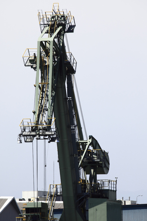 unloading: Unloading crane quay