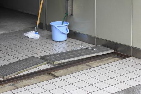 排水ポートの建物入り口のクリーニング 写真素材