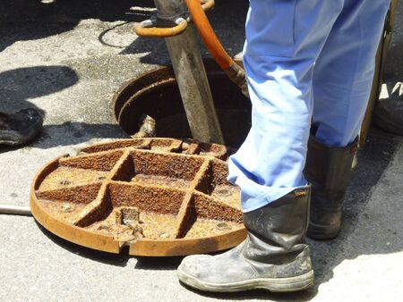 下水道マンホールのゴミ除去作業