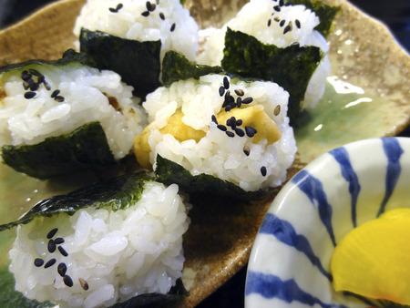 pickles: bolas de arroz y encurtidos