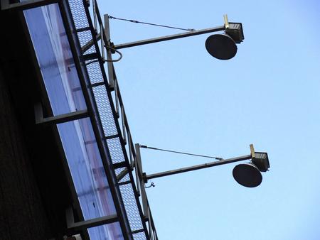 letreros: aparatos de iluminaci�n de la construcci�n de Avisos de publicidad al aire libre Foto de archivo