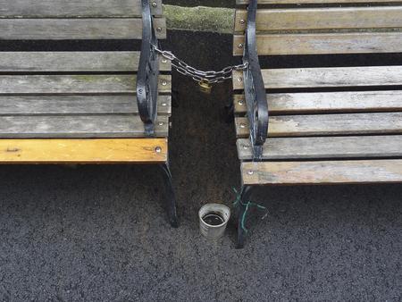 盗難防止ベンチのチェーン 写真素材