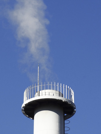 vapore acqueo: Water vapor emanating from the chimney