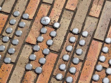 braille: Paneles Braille atrapados en los ladrillos de la acera
