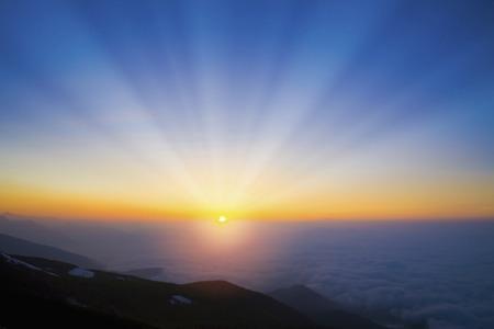 amanecer: Mar de nubes salida del sol Foto de archivo