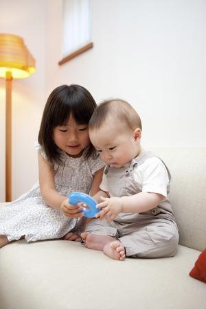 brothers playing: Hermanos que juegan con los juguetes