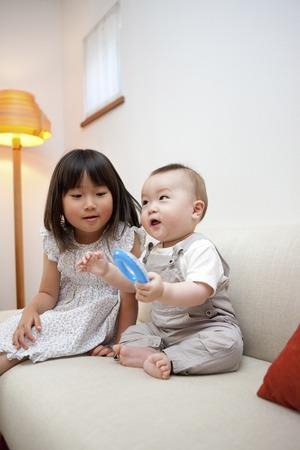 hermanos jugando: Hermanos que juegan con los juguetes