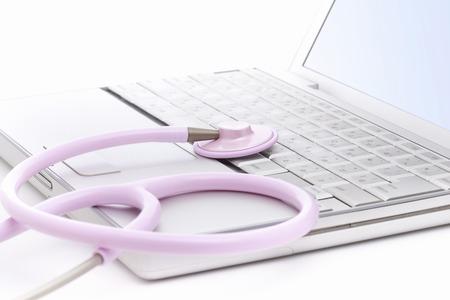 utiles de aseo personal: Ordenador port�til y un estetoscopio