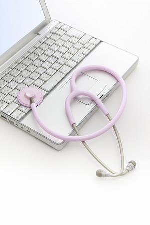 utiles de aseo personal: Ordenador portátil y un estetoscopio