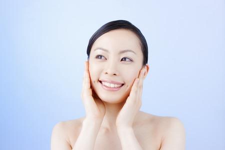 女性が頬を維持します。