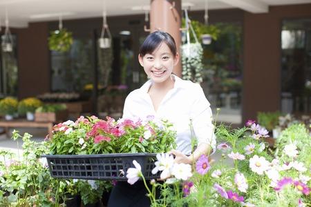 Vrouwelijke bloem winkel klerk Stockfoto