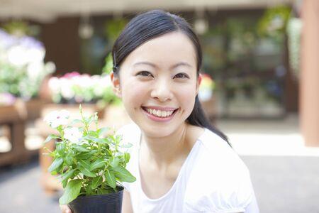 the clerk: Flor femenina empleado de la tienda