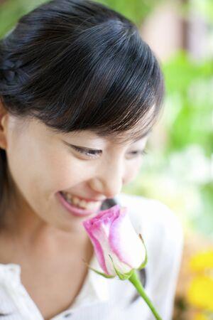 olfato: Las mujeres huelen el olor de las rosas